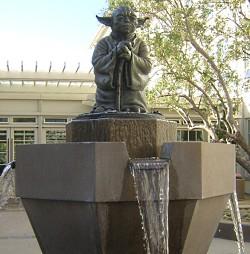 Yoda szökőkút az ILM udvarán (forrás: Gargaj)